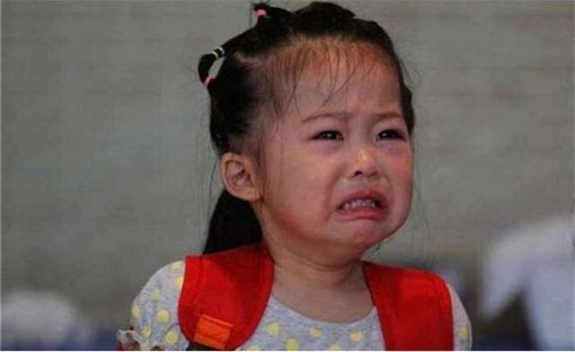 女孩被遗弃在幼儿园,家长一直都没来接,打开孩子书包老师怒了