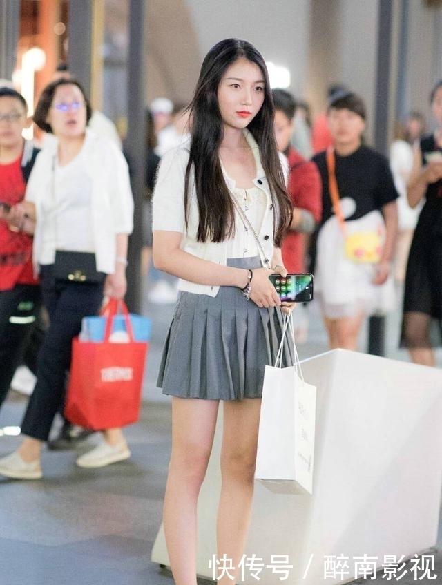 #短裙#街拍短裙小姐姐,腿长貌美,时尚又清凉