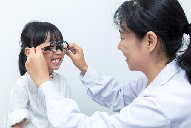 <b>超高度近视及时治疗有恢复视力可能</b>