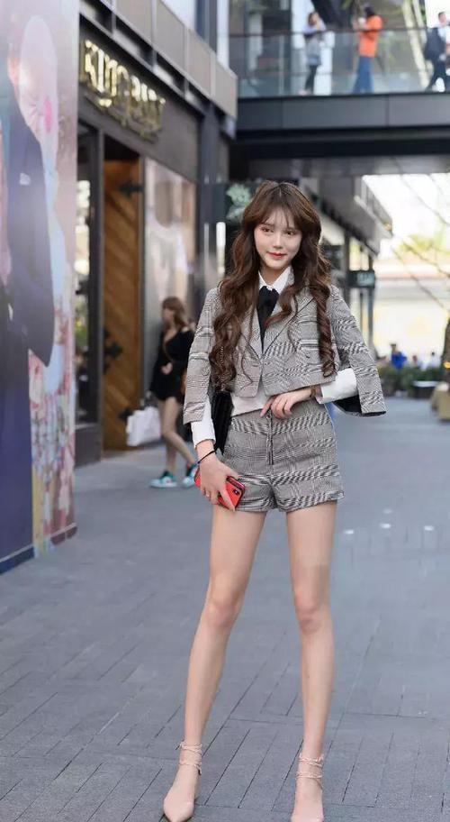 『魅力』街拍:小姐姐一件黑白的格纹外套,大气又时尚,很有少女范
