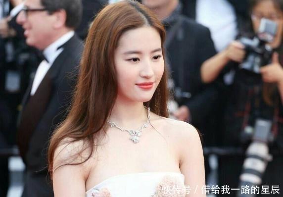 『女星』14年前她给刘亦菲撑伞,14年后成一线女星,比刘亦菲还火!