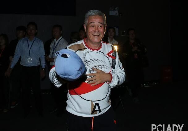 『红润』赵本山全家福曝光 54岁妻子面色红润状态好