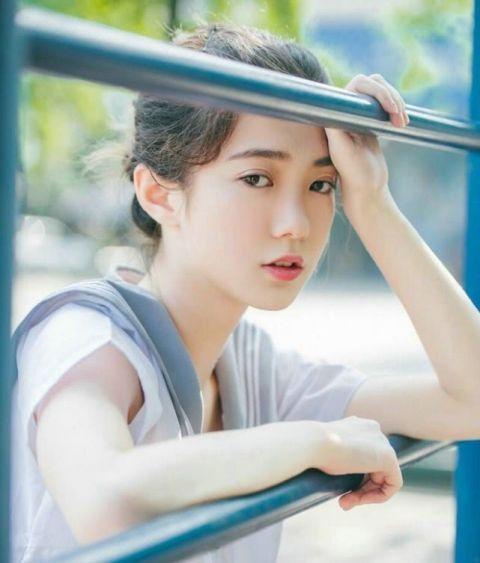 阳光下清纯可爱白皙女学生俏皮唯美温馨写真 快来看看吧