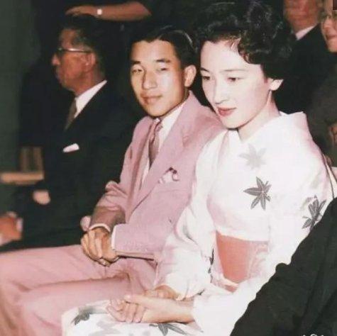 各国元首年轻时的老照片,斯大林帅气十足,希拉里和克林顿恩爱