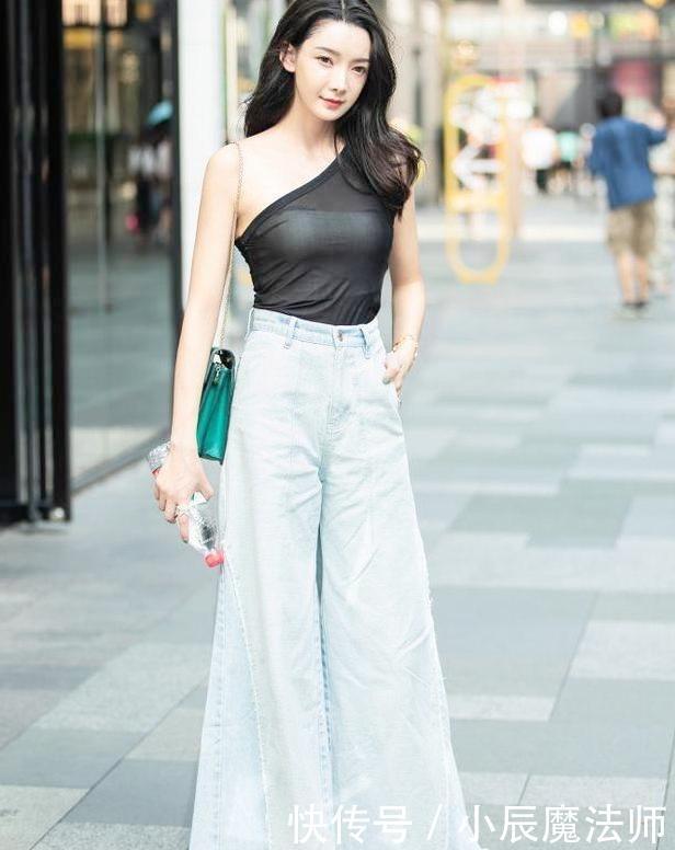 城市街拍:黑色紧身衣,美女气质非凡