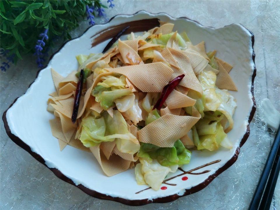 『春季的包菜』别总是做手撕包菜,教你包菜这样搭配炒,营养更丰富还好吃