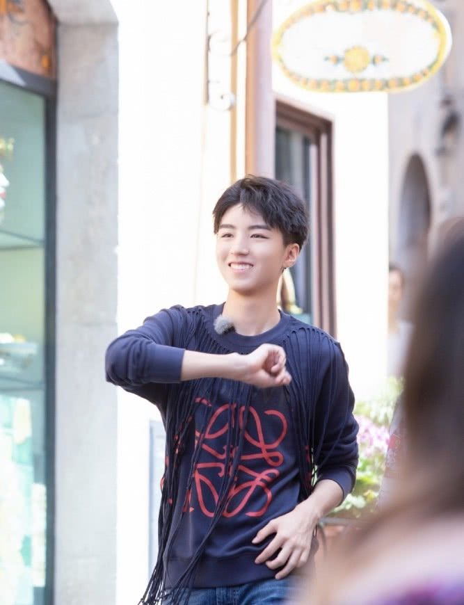 """<b>有种帅气叫王俊凯做饭,看到他""""颠勺""""的瞬间,我真心动了</b>"""