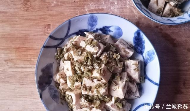 焯烫一下■春季,豆腐和它才是好搭档,香油拌着吃特鲜嫩,比韭菜豆腐香!