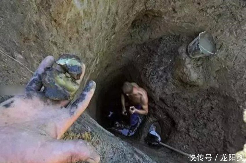 """一村民打水井挖到""""石头"""",全村人都抛下工作夜以继日的挖掘"""