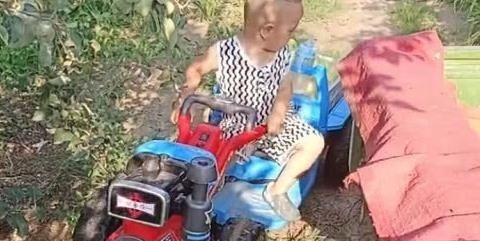 """""""老司机宝宝""""开拖拉机拉苹果火了,喝奶不开车,开车不喝奶"""