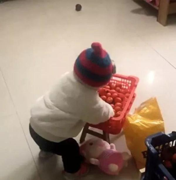 2岁宝宝在马桶里洗橘子,妈妈看后不淡定,网友:长见识了!