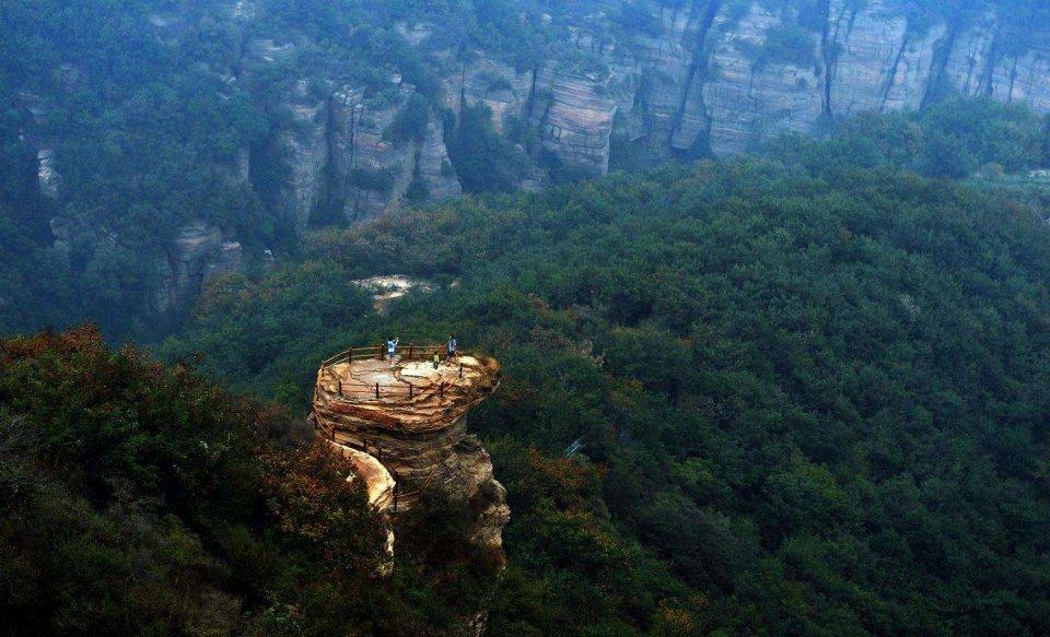 中国唯一3面环黄河的山,玻璃栈道长达480米,就在河南省!