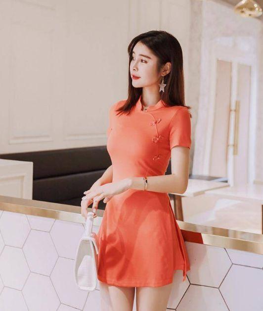 身材丰腴小姐姐,时尚粉色短款旗袍,尽显性感又迷人