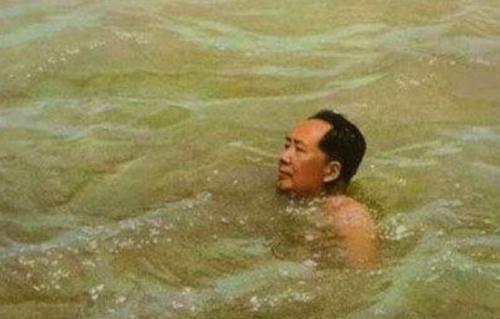 『毛主席』历史老照片:毛主席畅游长江,不管风吹浪打,胜似闲庭信步