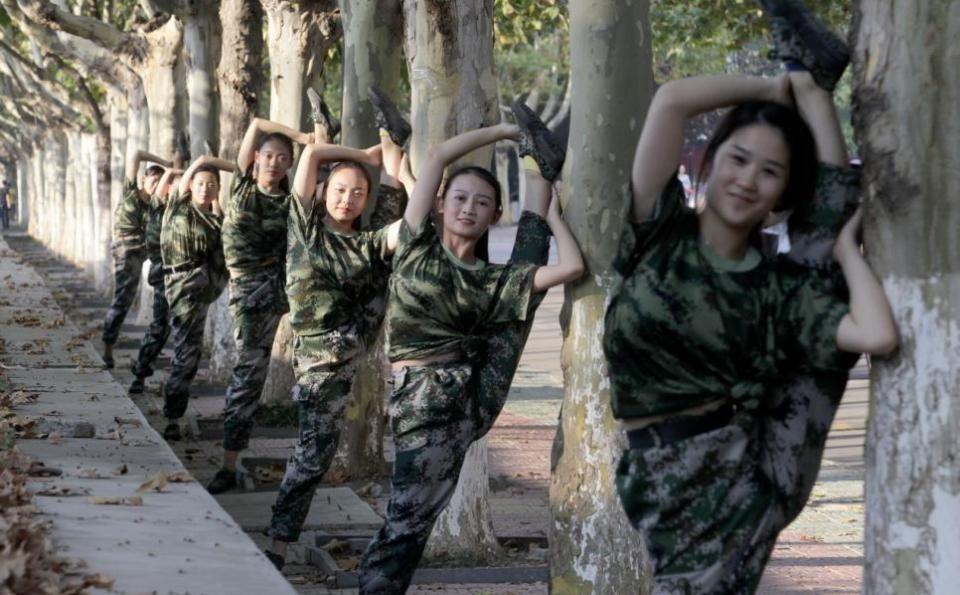 """看完5张大学女生军训照,你就明白女孩也有""""男人""""一面"""