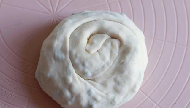 [做葱油饼]葱油饼这样做特别好吃,不加酵母粉,分分钟出锅,香酥脆没