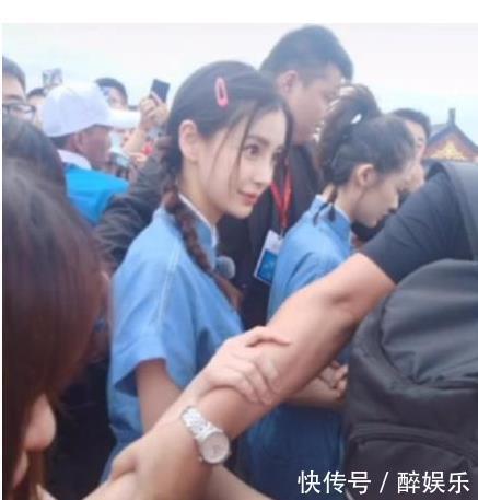 baby节目中偶遇杨幂,打招呼方式太真实,网友:闺蜜情