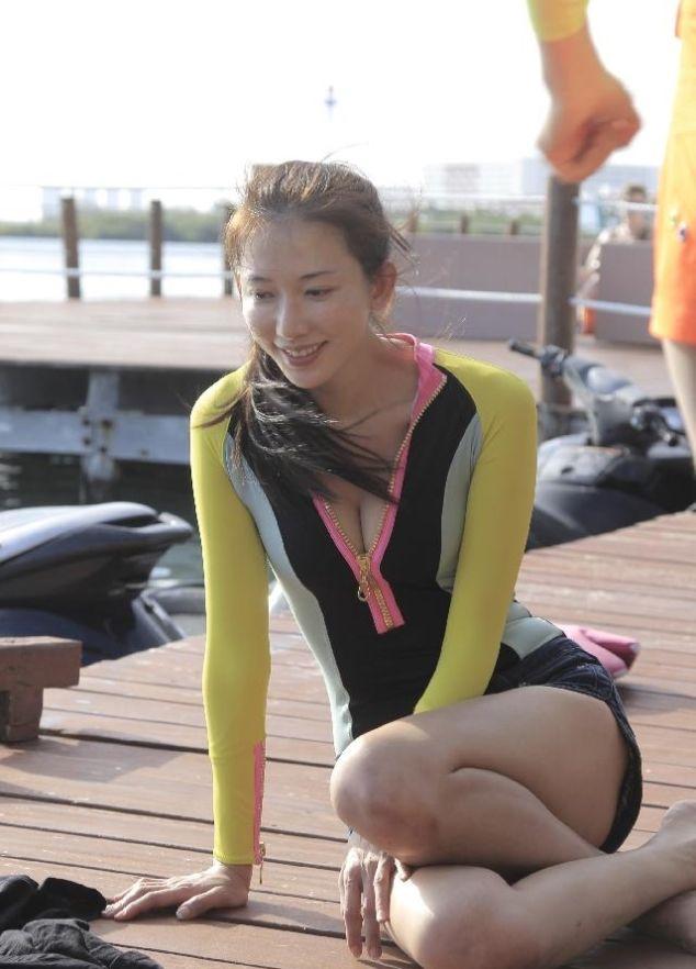 林志玲露酥胸,粉丝直呼受不了,44岁的阿姨简直太美
