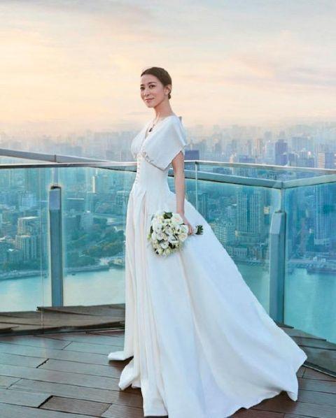 佘诗曼写真大片曝光,大秀美好身材,身穿婚纱自信美丽