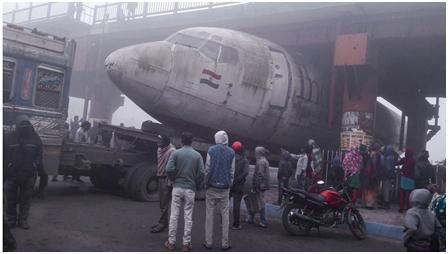 尴尬!印度一架废弃飞机被运途中卡在桥下,路堵了……