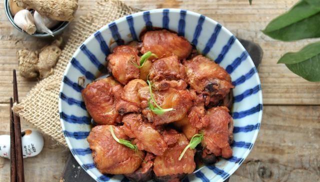 『玫瑰腐乳』鸡翅这做法不常见,不炸不烧,肉嫩多汁不油腻,比可乐鸡翅香