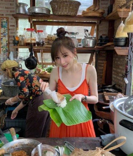 37岁王心凌近照,一袭橙色吊带裙穿出17岁,颜值重回巅峰时期