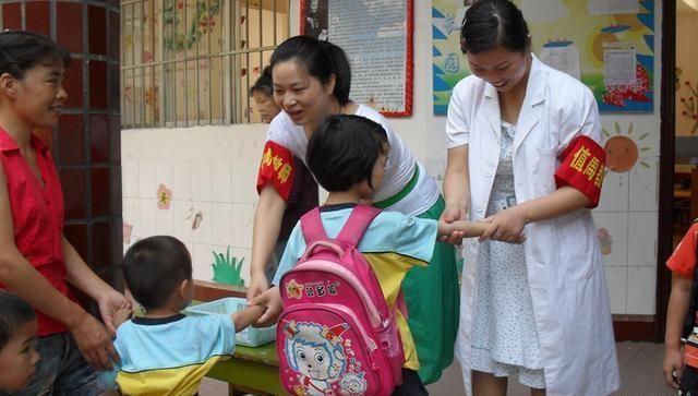 「负面影响」为了不输在起跑线,早早送孩子上幼儿园,带来负面影响父母了解吗