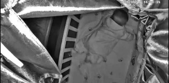 无知■狼妈养娃:宝宝挣扎求生一小时,无知的妈妈在群里问:要不要看看