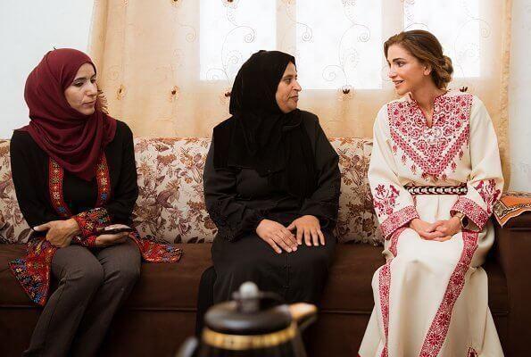 最美王后生日,爱穿奢侈品被民众认为挥霍无度,团队给出最好解释