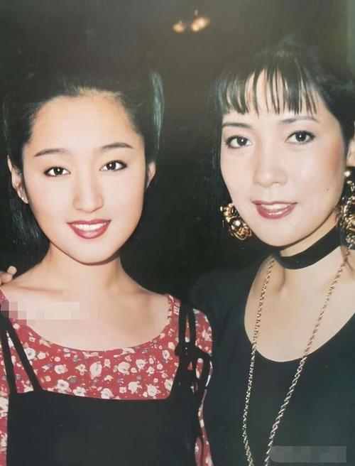 48岁杨钰莹罕见露面,一身红西装美到认不出 热点 热图5