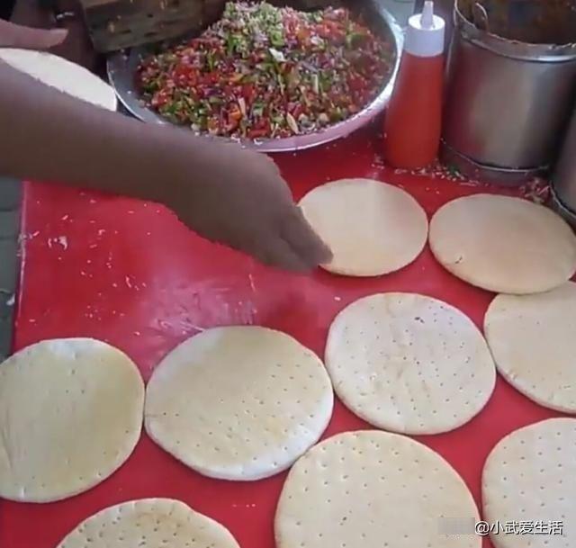 『烧出来』印度街头的秘制小披萨,都不用放烤箱里烤,铁锅烧出来味道一样好