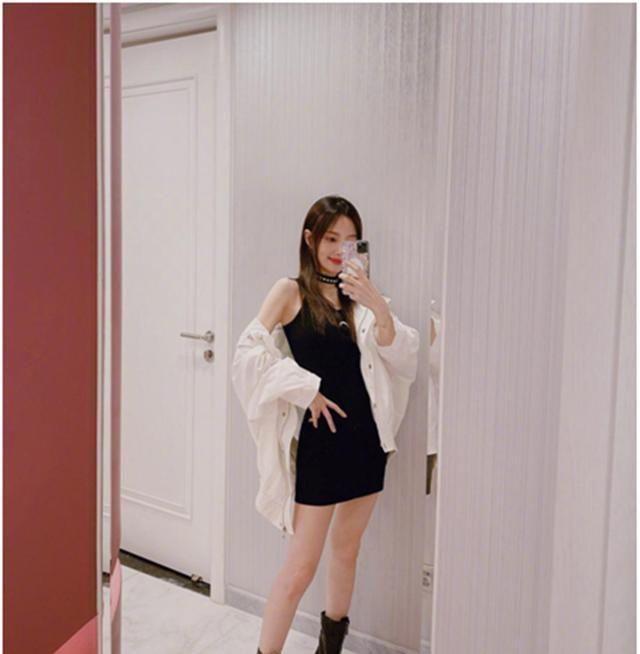 「李小璐」李小璐为自己店铺衣服做宣传,穿吊带贴身裙,秀身材秀上瘾了